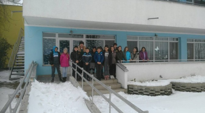 """Учениците от СУ """"Васил Левски"""" занесоха мартенички и емоции на възрастните хора от дома"""